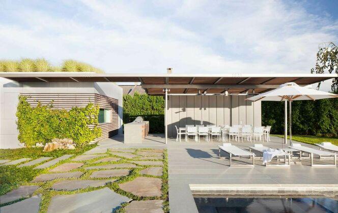 Pool house de piscine moderne avec espace cuisine © Workshop APD