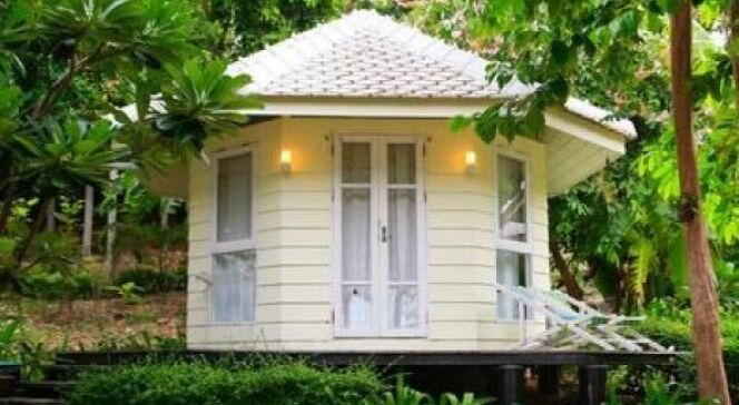 "Pool house façon maison de jardin <span class=""normal italic petit"">© Fotolia</span>"