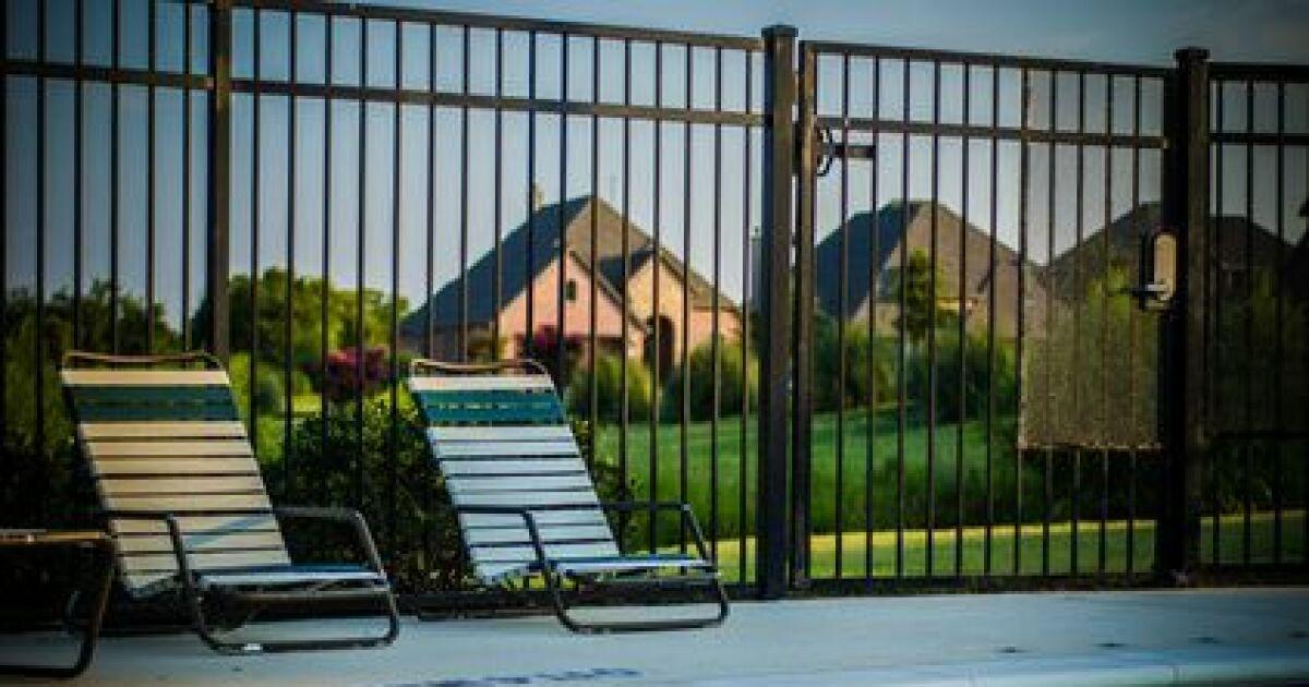 Porte de sécurité pour piscine : bois, PVC, alu, normes ...
