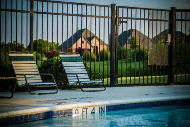 """Portillon pour barrière de piscine <span class=""""normal italic petit"""">© lydiateague - Fotolia.com.jpg</span>"""