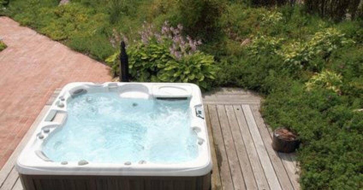 poser un spa sur une terrasse. Black Bedroom Furniture Sets. Home Design Ideas