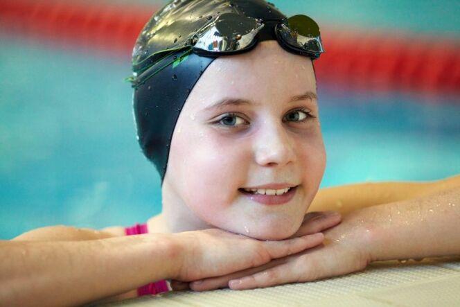Le bonnet de bain permet de limiter les risques de transmission de poux à la piscine