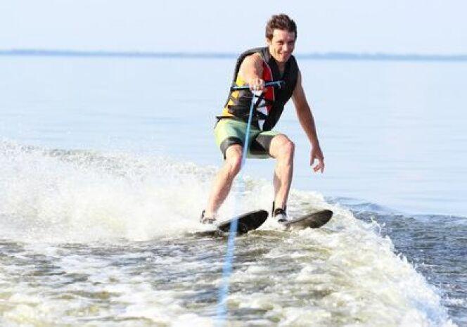 "Pratiquer le ski nautique<span class=""normal italic petit"">© scherbinator</span>"