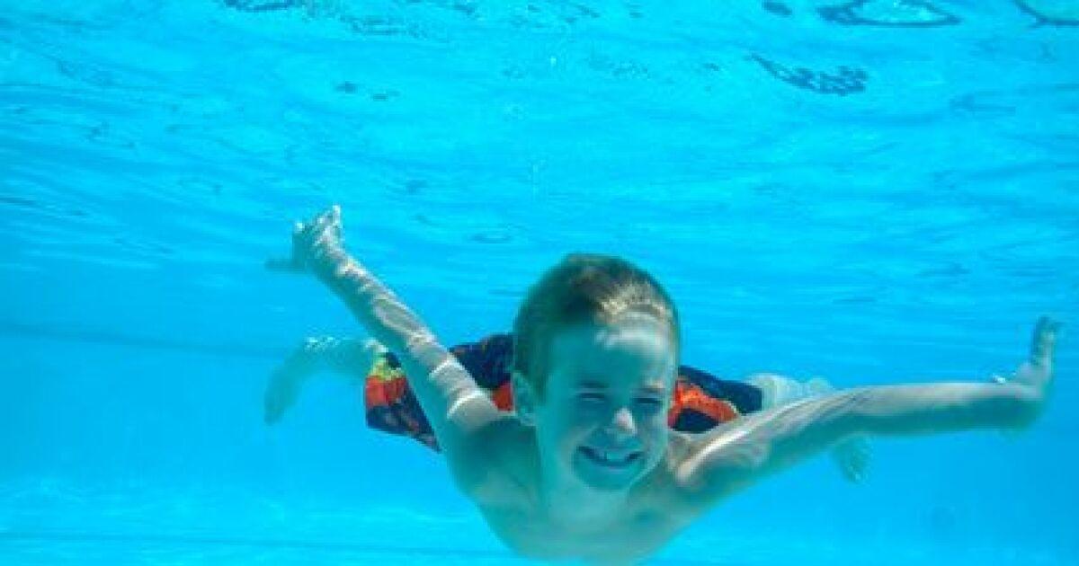 Premi re s ance de natation l immersion dans l eau for Apprendre a plonger dans une piscine