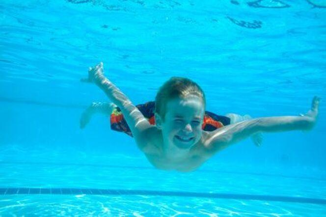 """Première séance de natation : l'immersion dans l'eau<span class=""""normal italic petit"""">© Fotolia_4300609_XS</span>"""