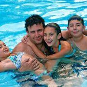 Première sortie piscine en famille