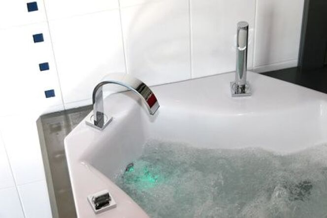 """Prendre du temps pour soi et se détendre grâce à la baignoire de balnéothérapie !<span class=""""normal italic petit"""">© Jean-Paul Comparin - Fotolia.com</span>"""
