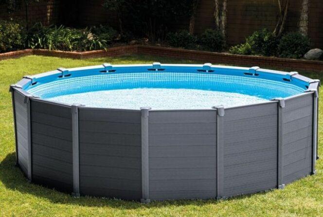 """Préparation du terrain/du sol pour pose d'une piscine tubulaire<span class=""""normal italic petit"""">© Intex</span>"""