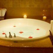 Les différents produits d'entretien pour votre spa : purifier l'eau et nettoyer le spa