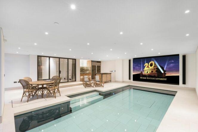 """Profitez d'une séance de cinéma dans votre piscine<span class=""""normal italic petit"""">© London Swimming Pool</span>"""
