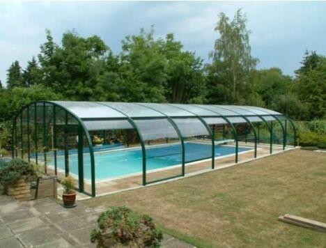 """Profitez de la piscine en toute saison grâce à l'abri fixe<span class=""""normal italic petit"""">© Arqualand</span>"""
