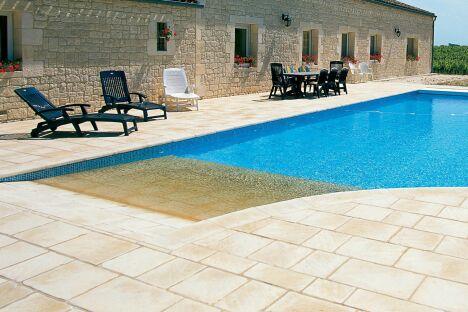 """Prolongement de la terrasse, la plage de pierres claires s'immerge dans la piscine<span class=""""normal italic petit"""">© L'Esprit Piscine</span>"""