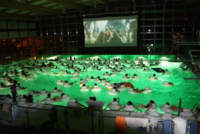 """Quand le grand écran s'installe dans une piscine…<span class=""""normal italic petit"""">© Complexe Hélicéa</span>"""