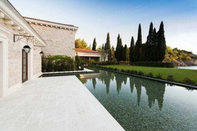 """Quel budget prévoir pour l'achat d'une piscine ? <span class=""""normal italic petit"""">© poplasen - Fotolia.com</span>"""
