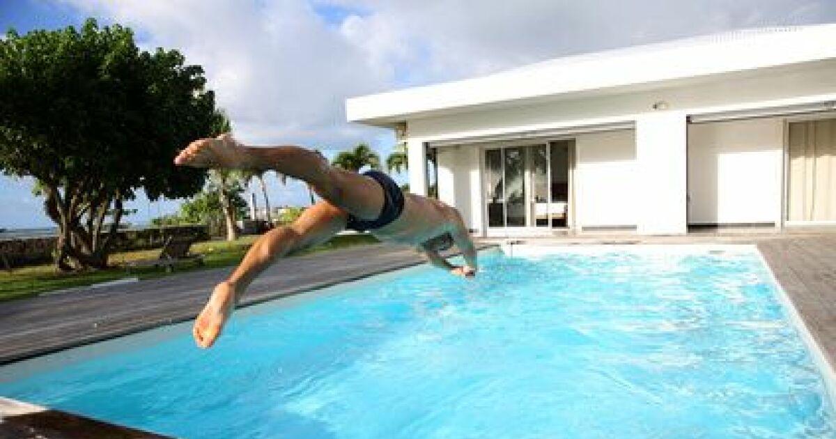 piscine d bordement couloir de nage piscine fond. Black Bedroom Furniture Sets. Home Design Ideas