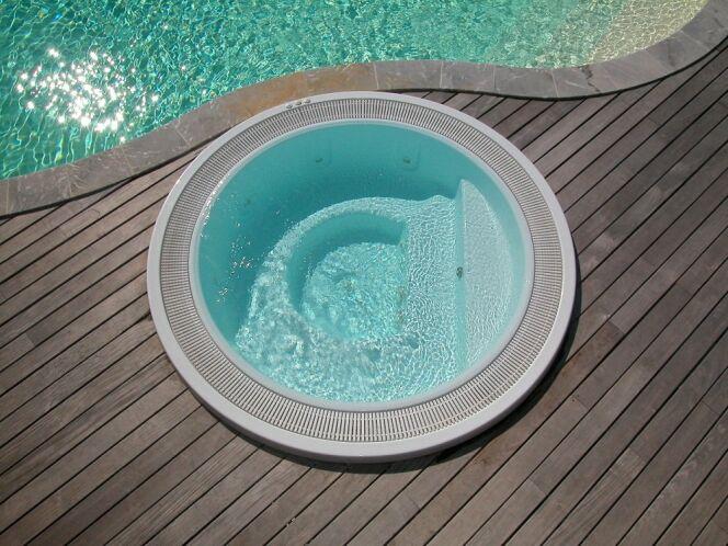"""Le choix du type de spa à installer chez soi peut être difficile tant les différents modèles sont attirants.<span class=""""normal italic petit"""">© L'Esprit Piscine</span>"""