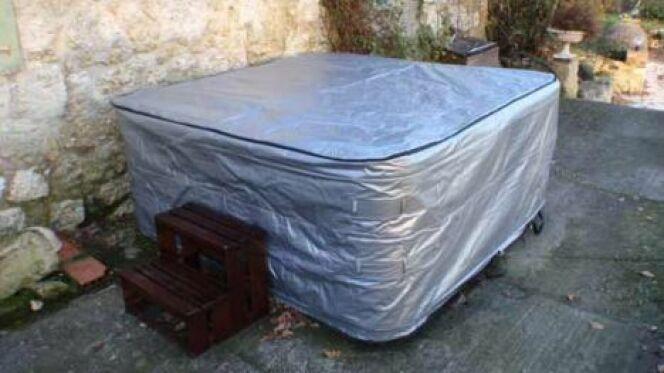 """Il existe différents types de couvertures pour protéger votre jacuzzi.<span class=""""normal italic petit"""">© Allspas</span>"""