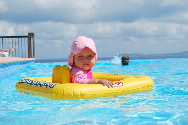 Quels accessoires amener pour un bébé à la piscine ?
