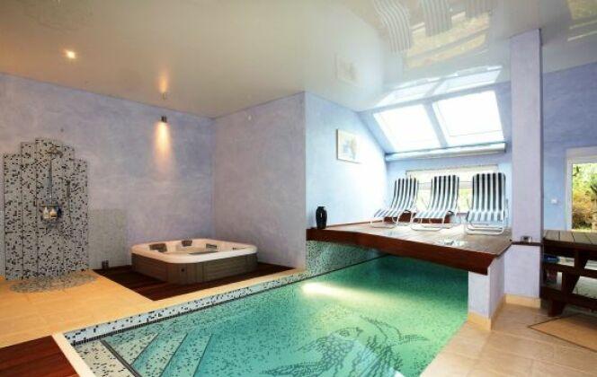 Plage pierre reconstituée et bois - espace repos / détente en bois exotique © L'Esprit piscine