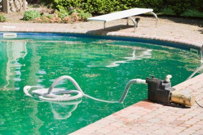Réagir vite aux variations de couleur de l'eau de la piscine