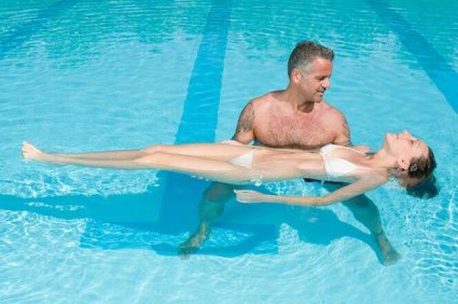 """Rééducation du dos en piscine<span class=""""normal italic petit"""">DR</span>"""