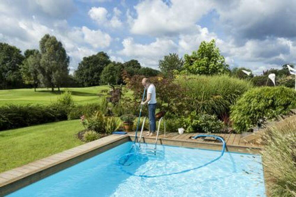 Remettre sa piscine en route après l'hivernage.© juniart - Fotolia.com