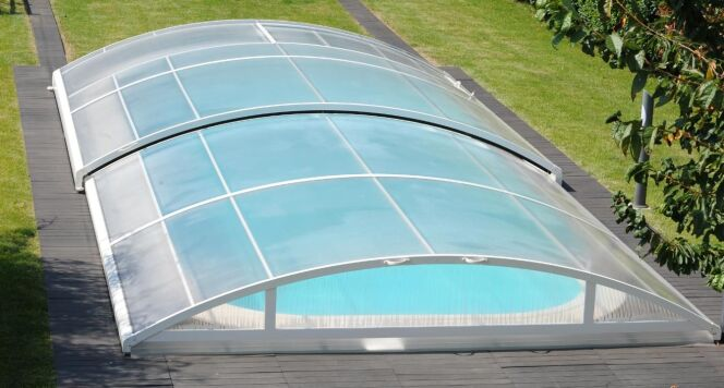 """Rénover un abri de piscine bas<span class=""""normal italic petit"""">© Abrideal</span>"""