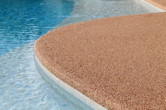Résineo: des revêtements esthétiques et durables pour votre plage de piscine