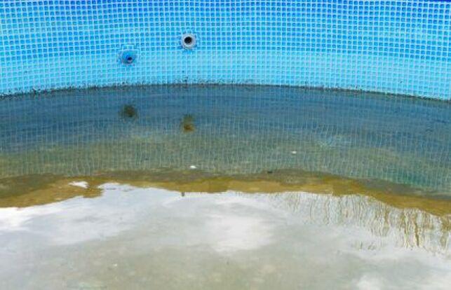 Retirer le sable et les débris dans le fond d'une piscine