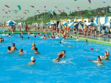 Réussir à nager dans une piscine bondée