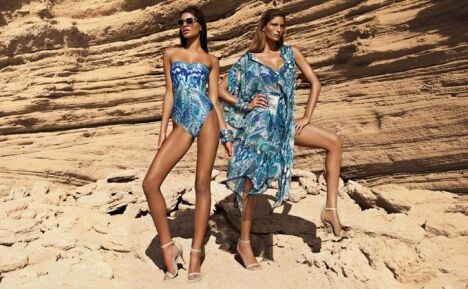 "Robe de plage bleue<span class=""normal italic petit"">© Gottex</span>"