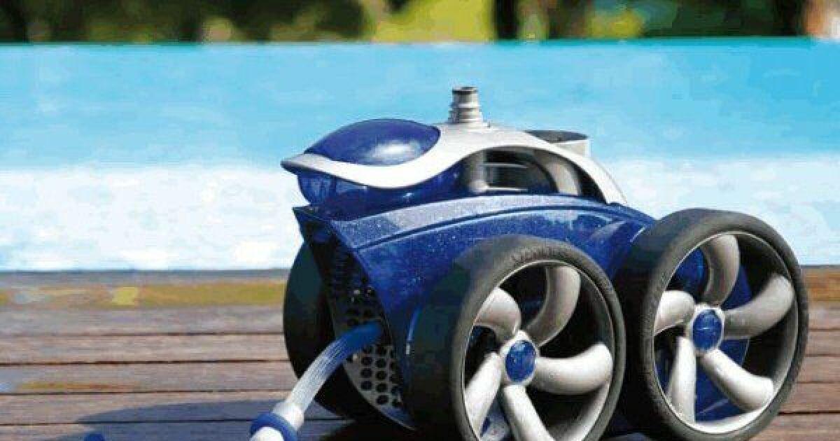 le robot de piscine pulseur un jet d 39 eau haute pression pour nettoyer la piscine. Black Bedroom Furniture Sets. Home Design Ideas