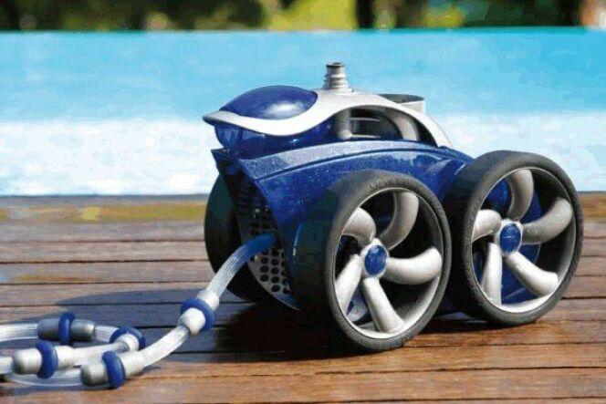 """Le robot de piscine pulseur utilise de l'eau à forte pression pour nettoyer le bassin.<span class=""""normal italic petit"""">© Zodiac</span>"""