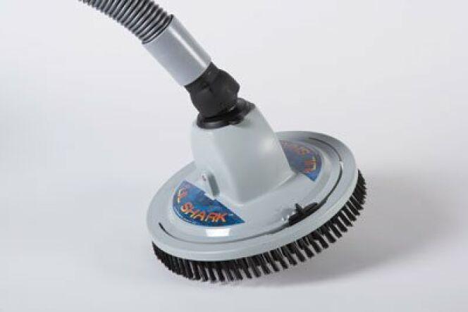 En image 10 accessoires pour le nettoyage de la piscine for Robot nettoyeur spa