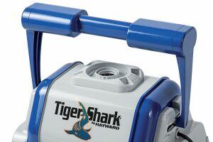 Le robot nettoyeur électrique TigerShark traite le fond, les parois et la ligne d'eau.