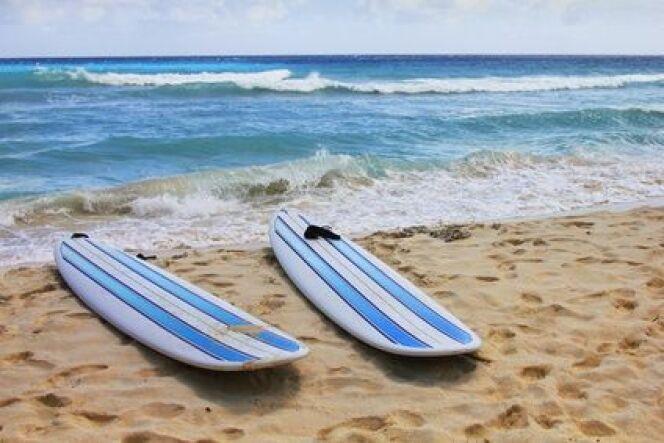 """S'initier au surf, les gestes de base<span class=""""normal italic petit"""">© Fotolia_81538697_XS</span>"""