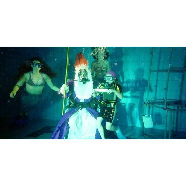 Une piscine belge fait plonger saint nicolas for Au fond de la piscine chanson