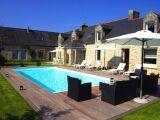 Un salon de jardin au bord de la piscine