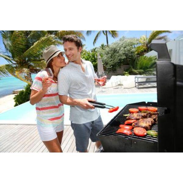 Salon de jardin et coin barbecue au bord de la piscine - Coin barbecue jardin ...