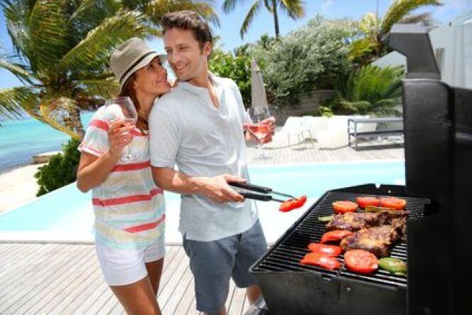Salon de jardin et coin barbecue au bord de la piscine