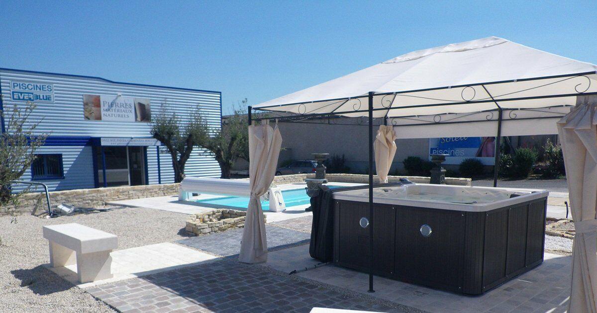 Piscine pierres et materiaux naturels everblue for Construction piscine 86