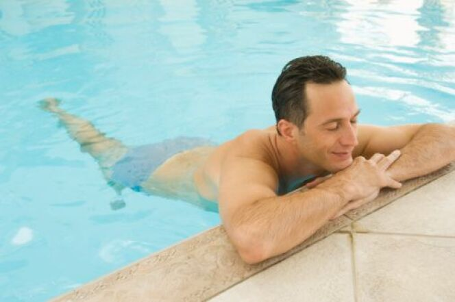 "Se baigner après un piercing<span class=""normal italic petit"">© Thinkstock</span>"