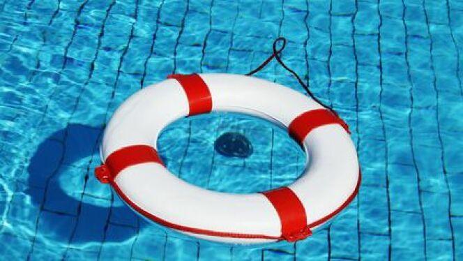 """Sécurité à la piscine : les objets anti-noyade<span class=""""normal italic petit"""">© Mike-Fotografie - Fotolia.com</span>"""