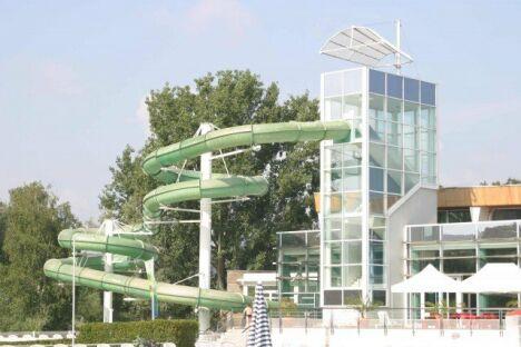 Sensations fortes garanties dans le toboggan de la piscine Aquagliss !