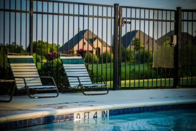 "Serrure pour barrière de piscine <span class=""normal italic petit"">© lydiateague - Fotolia.com</span>"