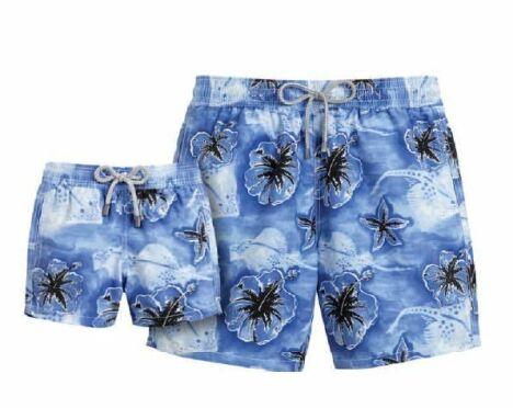 """Short de bain bleu à fleurs exotiques Faï (été 2013)<span class=""""normal italic petit"""">© Vilebrequin</span>"""