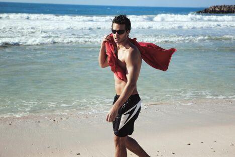 """Short de plage noir et blanc, Speedo homme été 2013<span class=""""normal italic petit"""">© Speedo</span>"""