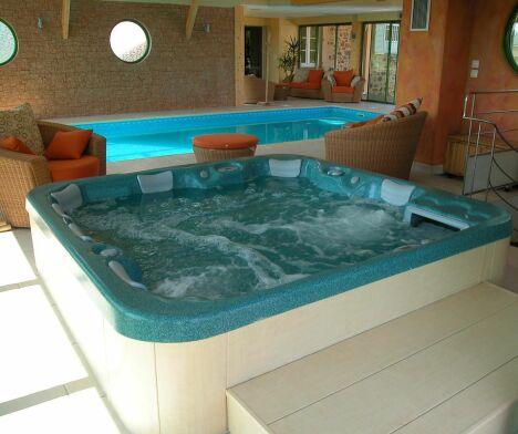"""Soigneusement aménagée, cette pièce comporte une piscine et un spa, de quoi profiter de tous les bienfaits de l'eau<span class=""""normal italic petit"""">© L'Esprit piscine</span>"""