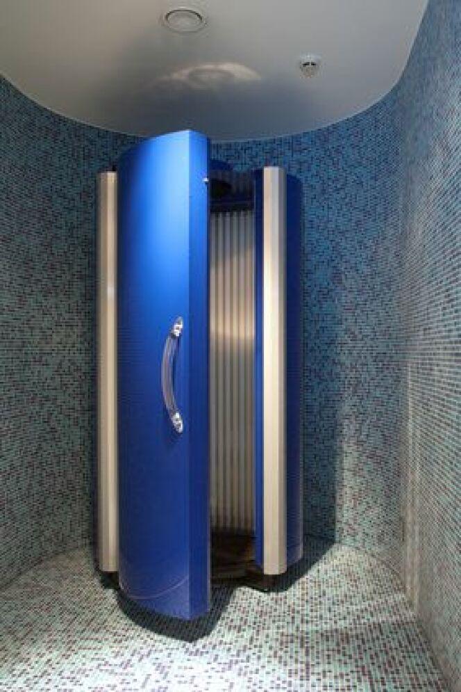 Le solarium vertical prendra moins de place dans une pièce qu'une cabine horizontale.