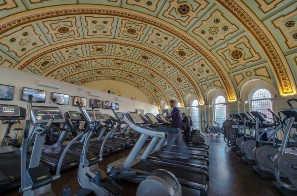 Sous les voûtes, une salle de gym avec de nombreux appareils© The Londonist